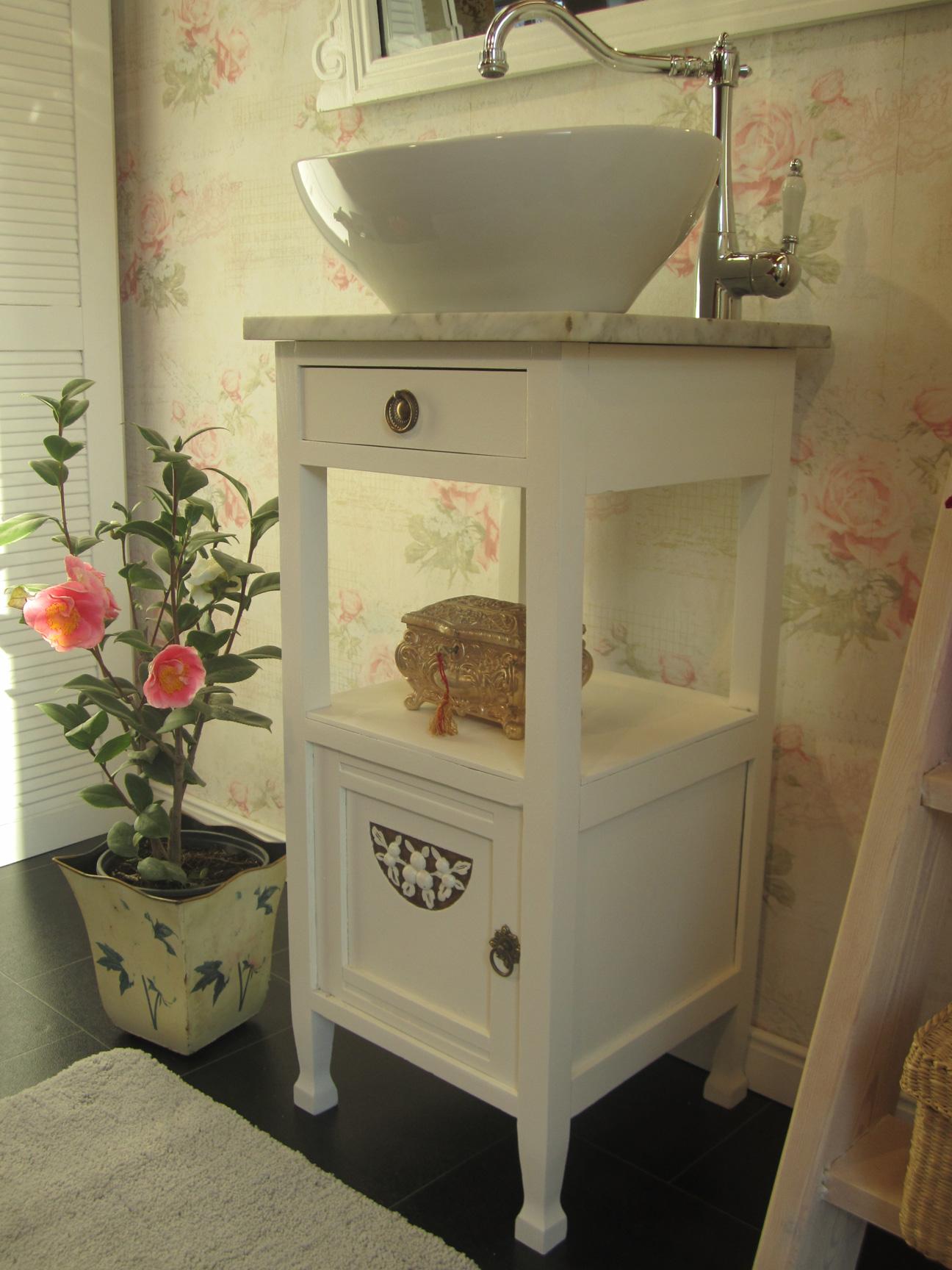Rosy In Love - Landhaus Bad mit kleinem Waschtisch