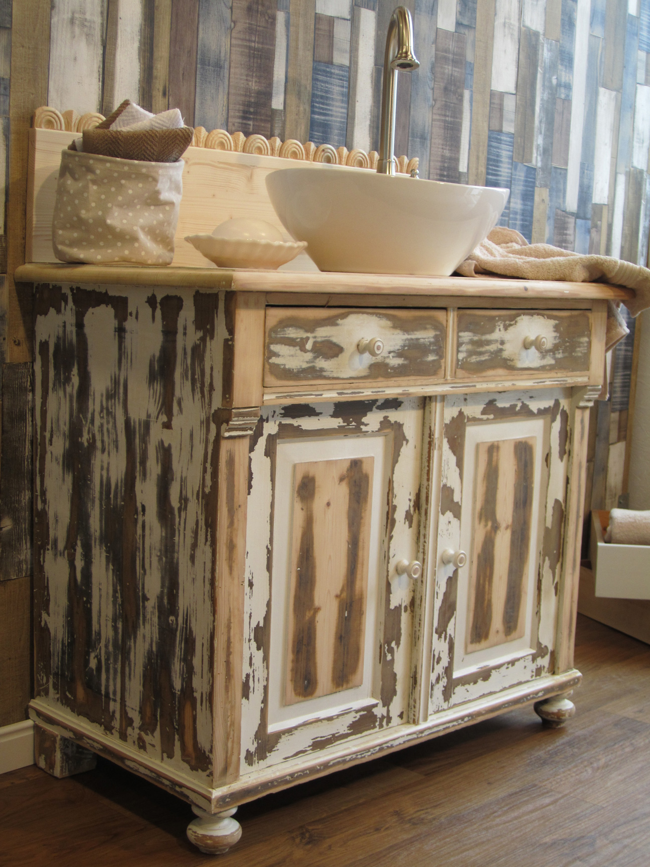 sch ner waschtisch shabby chic landhaus look mal l ssig und individuell. Black Bedroom Furniture Sets. Home Design Ideas