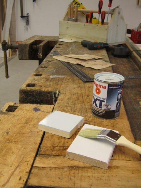Antike Werkbank mit Farbe und Werkzeugen