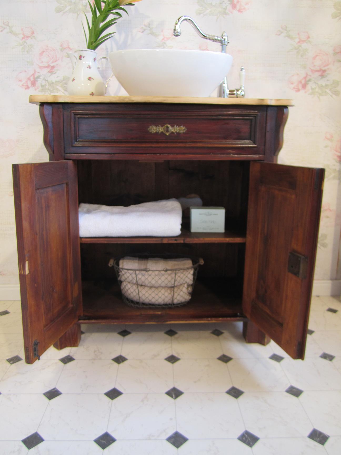 ein sch nes landhaus bad in antikem stil wasserheimat. Black Bedroom Furniture Sets. Home Design Ideas