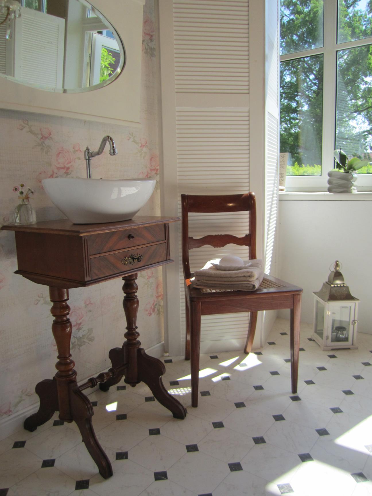 Antike Waschtische antiker waschtisch im bad mit nostalgie wasserheimat