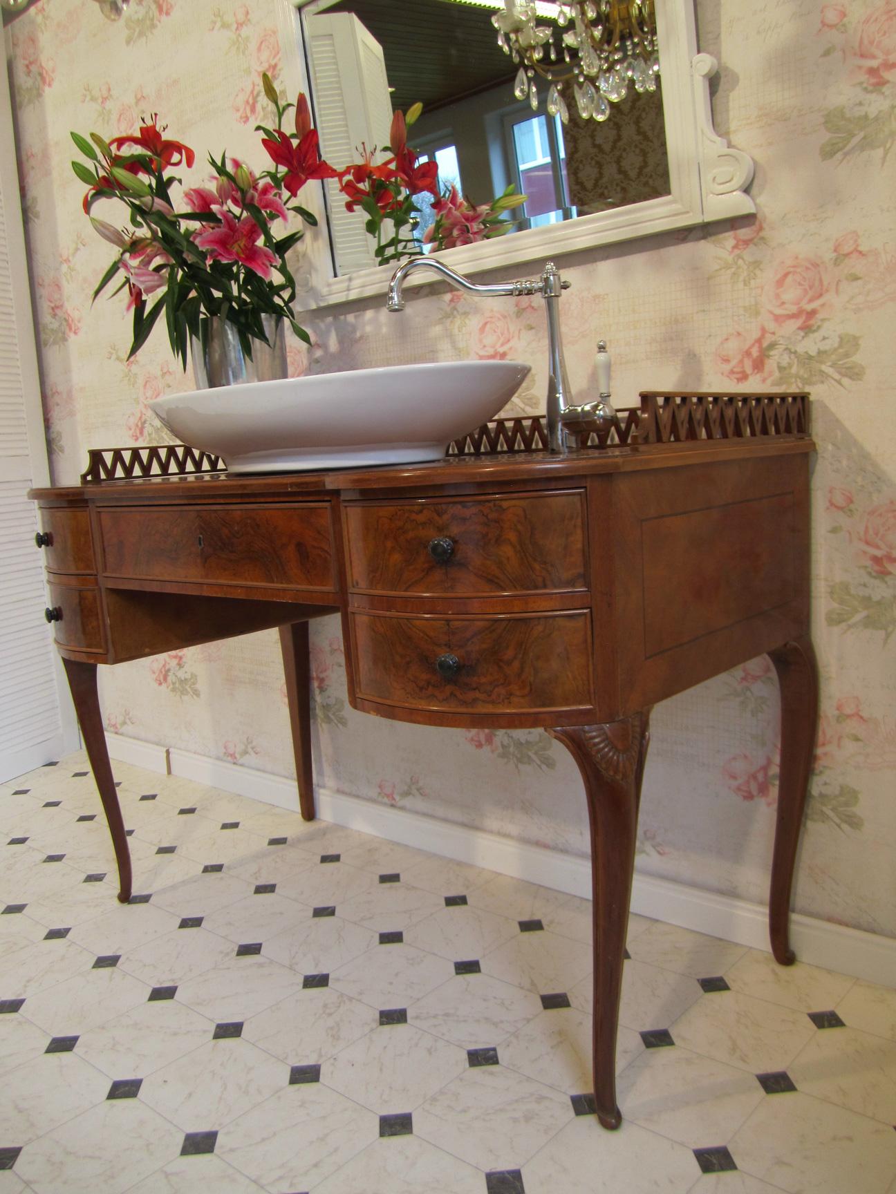 Waschtisch Landhaus antik im Badezimmer - Wasserheimat