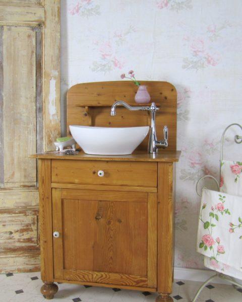 Ein Waschtisch aus Naturholz - Badmöbel Holz
