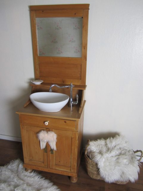 Badschrank-antik-Les-élégant-Waschtisch-Chalet
