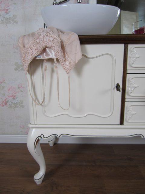 """Der Landhaus Doppelwaschtisch """"Desire"""" bietet Platz für Zwei und bringt Romantik in das Badezimmer."""
