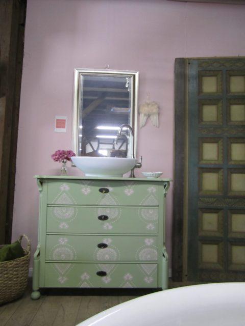 Landhaus Badmoebel im orientalischen Stil in den Farben Lindgruen und pastellrosa