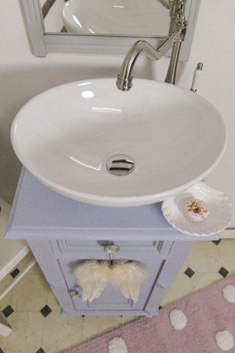 Ein Badmöbel verspielt im Landhaussstil erobert das antike Bad